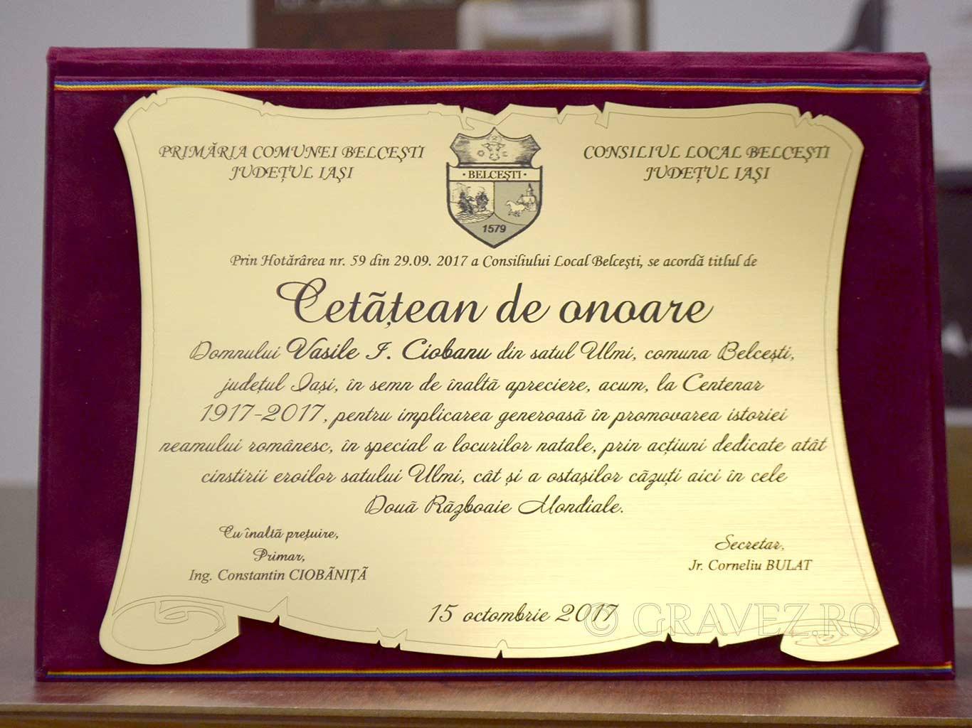 placheta cetatean de onoare cu gravura in metalex auriu in mapa plusata rosie